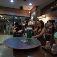 พนักงานขายมีความสำคัญที่สุดอย่างหนึ่งในการทำร้านกาแฟ